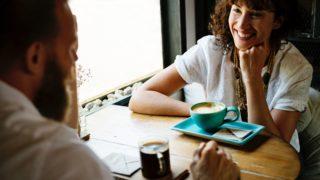 カフェで談笑する人たち