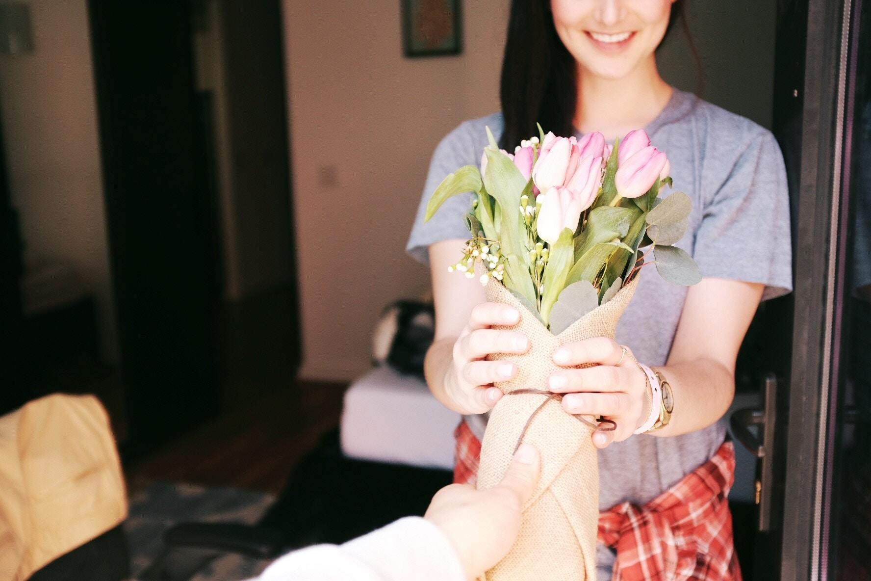 女性に花束をプレゼント