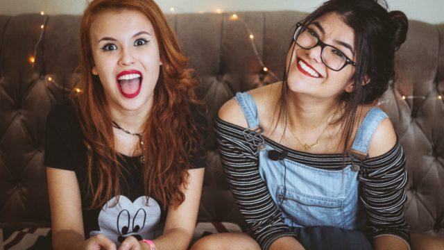 二人の笑顔の女の子