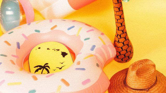 夏の浮き輪と麦わら帽子