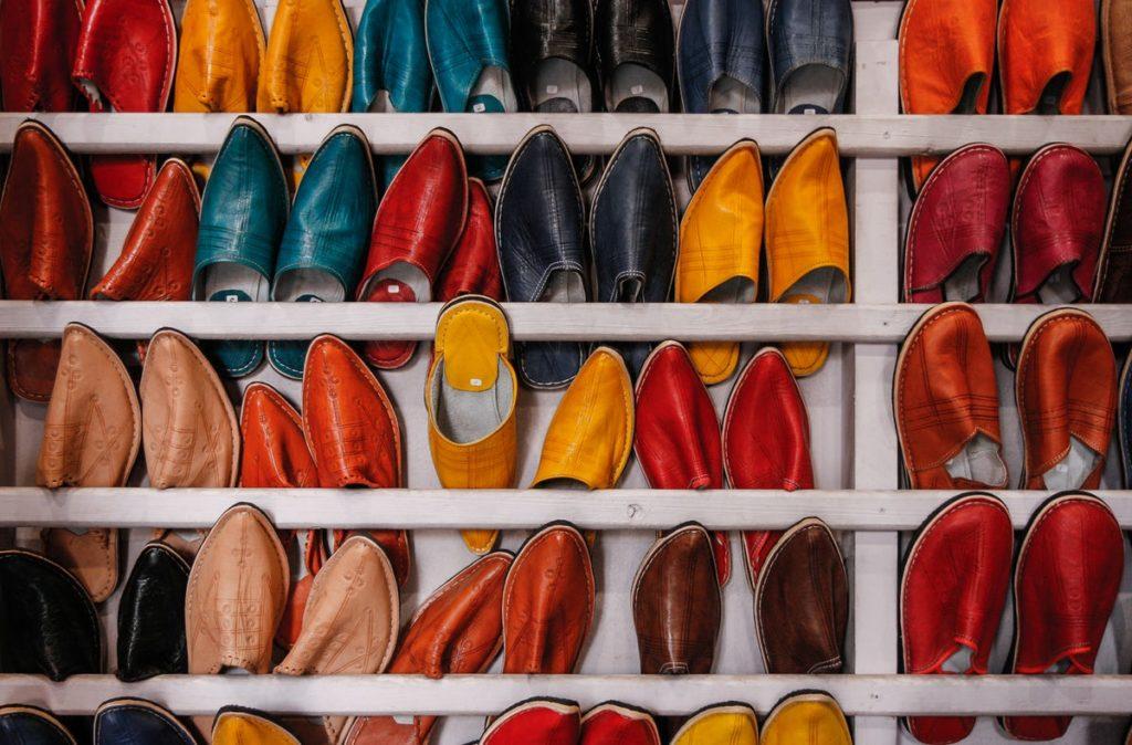 たくさんのカラフルな靴