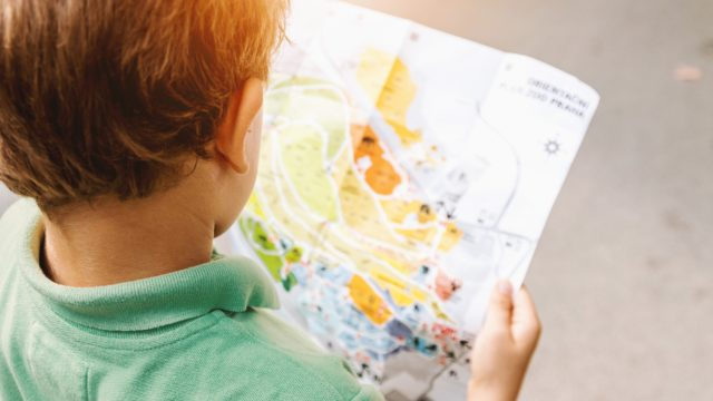 地図を読む男の子