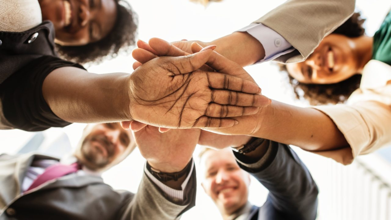 手を合わせて一致団結する