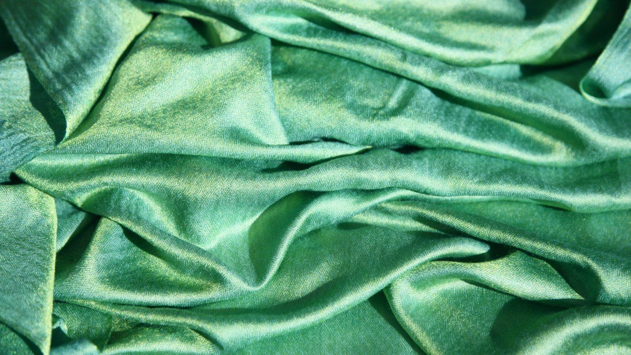 緑のドレープの布地