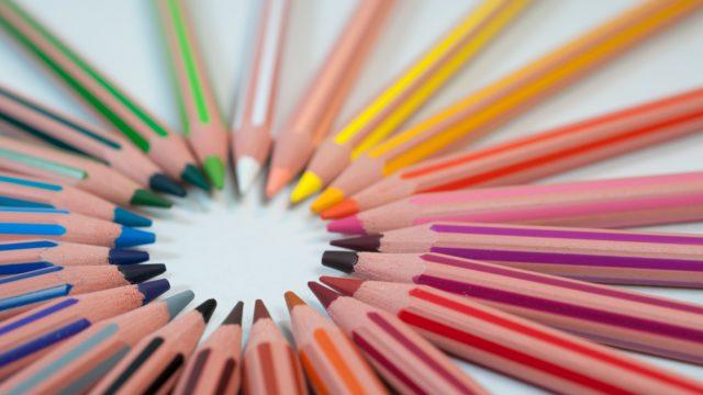 カラフルな色鉛筆