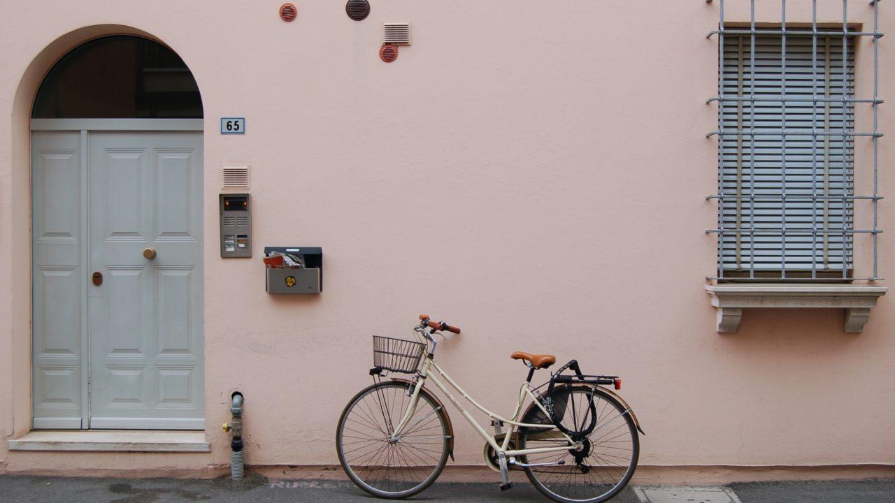 ピンクの壁と一台の自転車