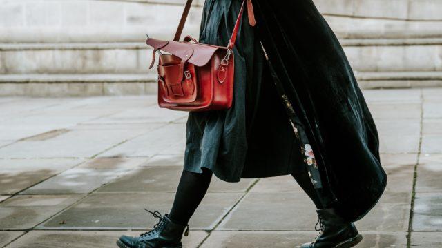 赤いバッグを持って歩く女性