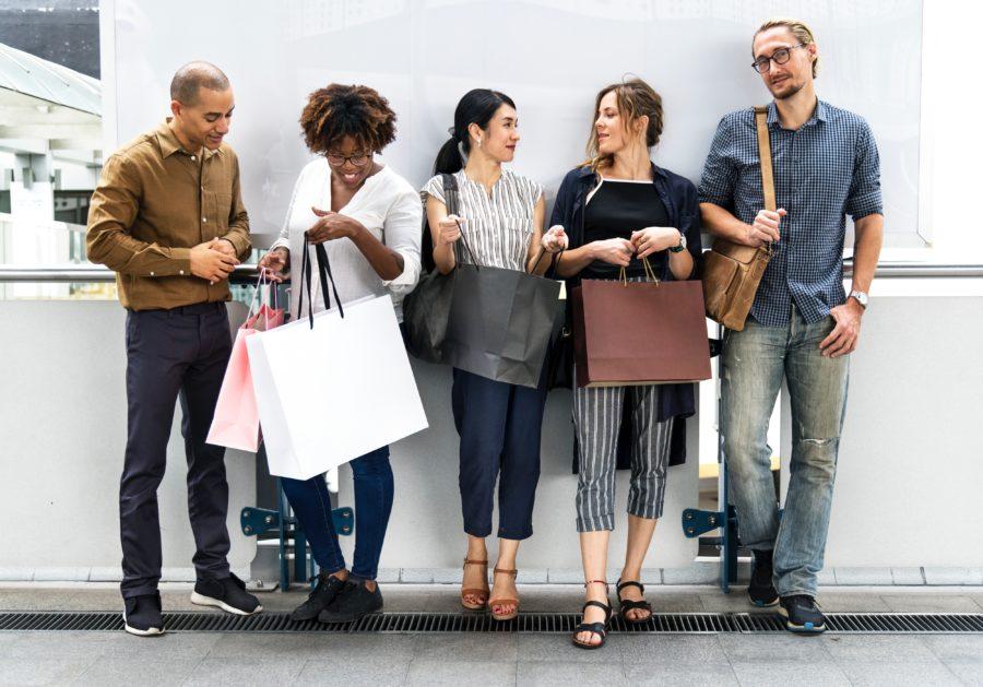 買い物をする5人の人たち