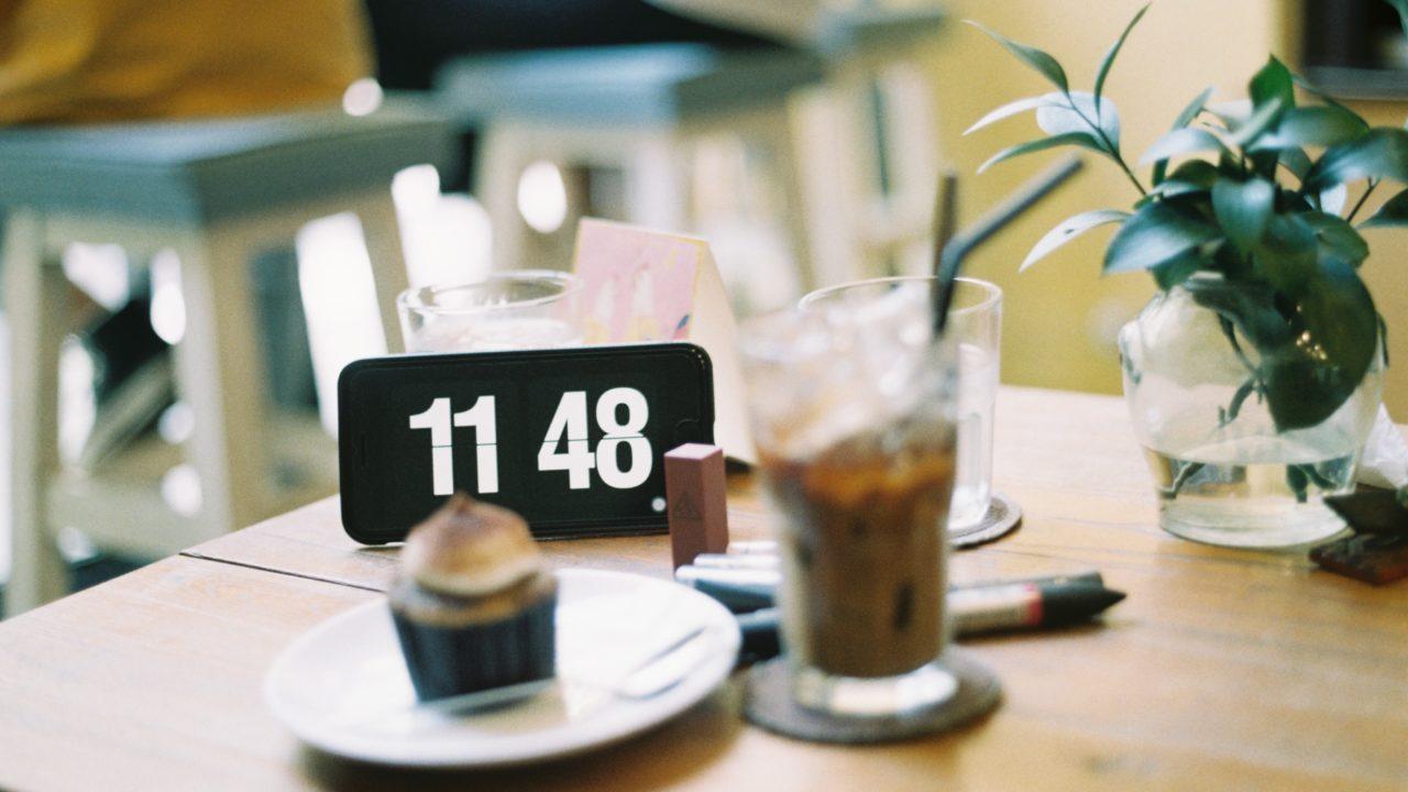 コーヒーと時計とケーキ